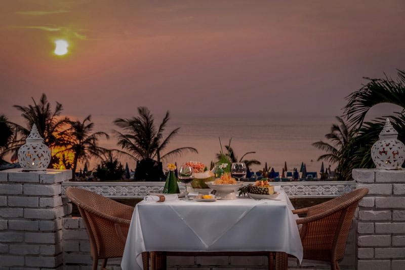 Phuket_Thavorn_Palm_Beach_Resort_Karon_Beach_Old_Siam_Sunset_Dinner_Romantic